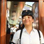 Počas hodinovej jazda sa o cestujúcich starjú panamské sprievodkyne.