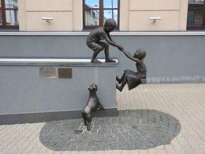 Kazan. Hlavnú ulicu zdobí niekoľko zaujímavých sôch.